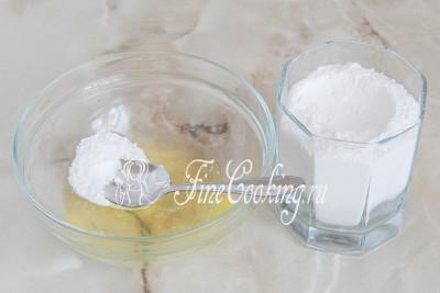 В небольшую мисочку выливаем белок и по чайной ложке начинаем добавлять просеянную сахарную пудру