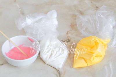 Перекладываем готовую глазурь в пакеты и завязываем их
