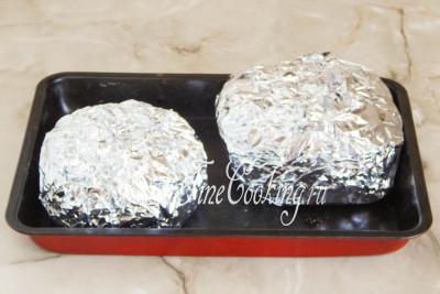 Плотно заворачиваем в пищевую фольгу, перекладываем свертки на противень или подходящую по объему форму для выпечки