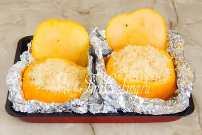 Посыпаем начинку измельченным сыром (оставшиеся 50 граммов) и, не накрывая крышечками, допекаем фаршированные патиссоны еще минут 15