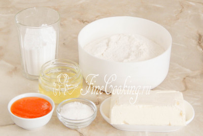 Шаг 1. В рецепт печенья Курабье входят следующие продукты: мука пшеничная высшего сорта, сливочное масло (жирностью не менее 72%), сахарная пудра, ванильный сахар (по желанию), яичные белки, а также любой густой фруктовый или ягодный джем (варенье)