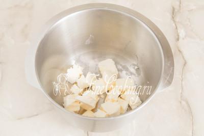 Так как на приготовление песочного теста для печенья Курабье не понадобится много времени, сразу же включаем греться духовку на 230 градусов