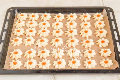 Начинкой для печенья Курабье может стать совершенно любой джем или однородное варенье, но при условии, что они густые