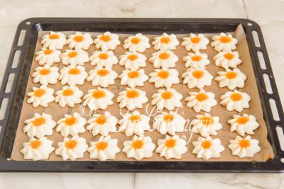 Готовим песочное печенье Курабье в заранее прогретой духовке при 230 (220--240) градусах около 12-15 минут до легкого румянца
