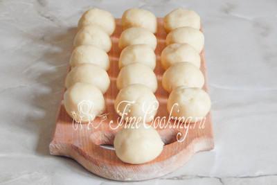 Включаем греться духовку, а тем временем делим тесто на 10-16 частей и катаем шарики