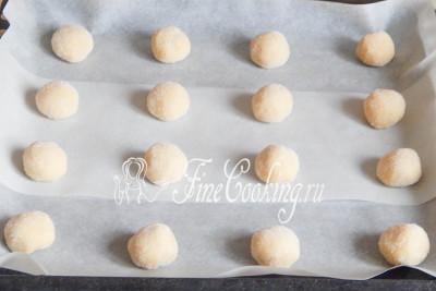 Выкладываем шарики на противень, застеленный пергаментной бумагой, на расстоянии друг от друга, так как в процессе выпечки печенье осядет и расползется