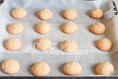 Готовим медовое печенье при 180 градусах около 10-12 минут, но не более 15, так как сахар начнет карамелизоваться и низ может пригореть
