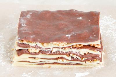Так раскатываем все тесто, прокладывая каждый слой орехами