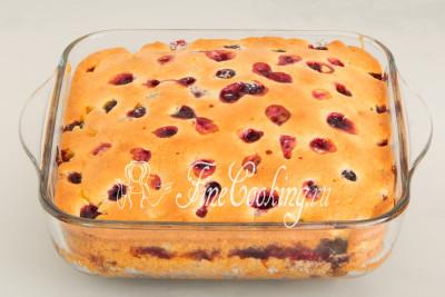 Выпекаем пирог с черной смородиной в предварительно разогретой духовке около 40 минут при 180 градусах на среднем уровне до румяного цвета