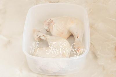 Даем отварной курице остыть до теплого состояния (чтобы не обжечь руки), после чего снимаем кожу (если любите, можете ее скушать или добавить в начинку в измельченном виде) и удаляем кости