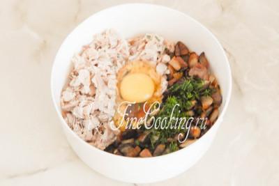 В миску кладем жареные грибы с луком, отварную курицу