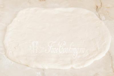 Слегка припудриваем тесто мукой сверху, так как оно очень нежное и липковатое