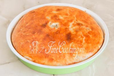 Готовим дрожжевой пирог в предварительно прогретой духовке при 190 градусах в течение 35-40 минут до зарумянивания