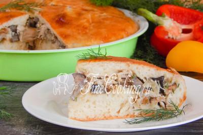 Готовый пирог с курицей и грибами разрезаем порционными кусочками и подаем в теплом виде