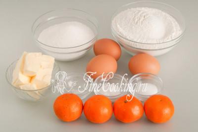 Для приготовления ароматного и вкусного домашнего мандаринового пирога нам понадобятся следующие ингредиенты: мандарины, пшеничная мука (у меня высшего сорта), сахар-песок и ванильный сахар, куриные яйца, сливочное масло (жирностью не менее 72%), разрыхлитель теста и немного соли для баланса вкусов