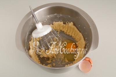 Растираем (взбиваем) масло с сахаром - можно хоть ложкой, ручным венчиком или с помощью миксера
