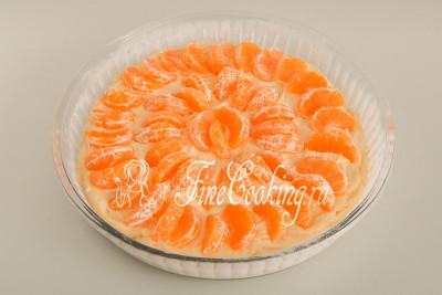 И снова аккуратно вдавливаем в тесто мандариновые дольки - так, как вам нравится