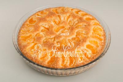 Выпекаем пирог с мандаринами в предварительно разогретой духовке около 50 минут при 180 градусах на среднем уровне до румяного цвета