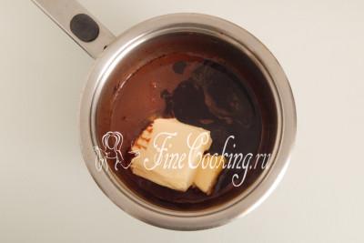 В горячую шоколадную массу кладем 150 граммов мягкого сливочного масла