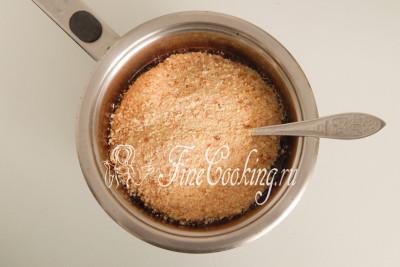 В еще горячую массу насыпаем 300 граммов панировочных сухарей