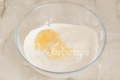 Шаг 5. Добавляем в сухой смеси 37 граммов (ни больше ни меньше, а ровно 37!) яичных белков и пока оставляем все на столе