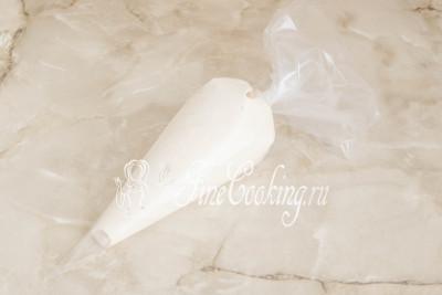 Закручиваем мешок с широкой стороны, подгоняя тесто ближе к носику