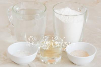 Для приготовления этих пресных арабских лепешек возьмем такие простые и доступные ингредиенты, как пшеничная мука (высшего или первого сорта), вода, рафинированное растительное (у меня подсолнечное) масло, соль и дрожжи