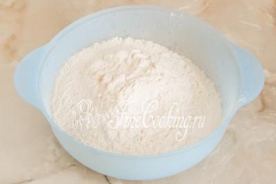 В подходящую для замеса теста миску просеиваем пшеничную муку, чтобы избавиться от слипшихся фрагментов или мусора, который иногда встречается в этом сыпучем продукте