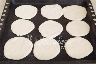 Заранее (минут за 30 до выпечки) включаем греться духовку до 220 градусов вместе с противнем - он должен быть раскаленным