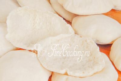Подаем питы теплыми, хотя и после остывания они сохраняют свежесть в течение нескольких дней при хранении в герметичной посуде или плотно завязанном пакете