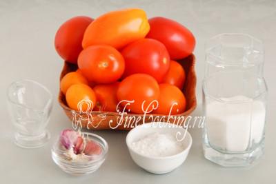 Для приготовления маринованных помидоров под снегом на зиму нам понадобятся следующие ингредиенты: свежие томаты, питьевая вода, чеснок, соль, сахар и столовый 9% уксус
