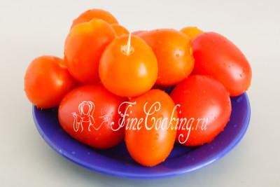 Для этой овощной заготовки выбираем зрелые, но плотные и упругие томаты небольшого размера, чтобы в банку поместилось побольше
