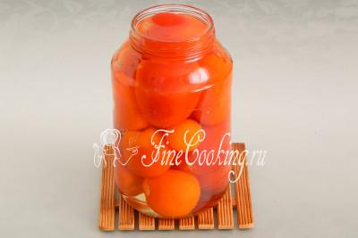 Доводим до кипения воду (на такую банку нужно не больше литра, но это зависит от плотности укладки и величины плодов) и заливаем помидоры в банке до самого верха
