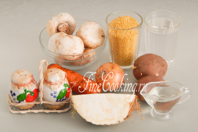 Для приготовления постного кулеша с грибами нам понадобятся следующие ингредиенты: вода, шампиньоны, пшенная крупа, картофель, лук репчатый, морковь, корень сельдерея, рафинированное растительное масло, соль и молотый черный перец