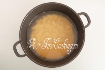 2 средние картофелины чистим и нарезаем довольно мелким кубиком (как обычно на суп)