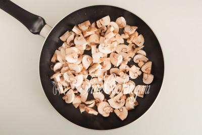 Обжариваем на сильном огне, предварительно разогрев в сковороде 2 столовые ложки масла