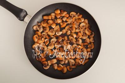 Когда жарите шампиньоны на сильном огне, они не пускают сок, в котором потом тушатся, а моментально покрываются аппетитной румяной корочкой