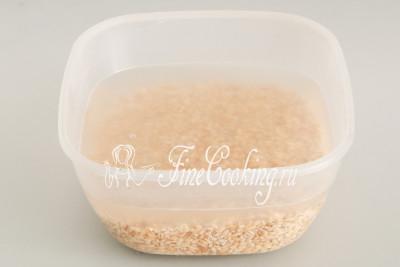 Берем 250 граммов перловой крупы, промываем ее в холодной воде (2-3 раза), чтобы жидкость стала прозрачной