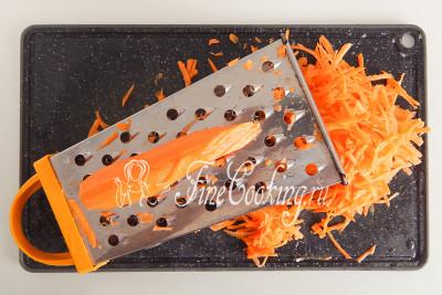 Морковь (450 граммов) тоже чистим и измельчаем с помощью крупной терки