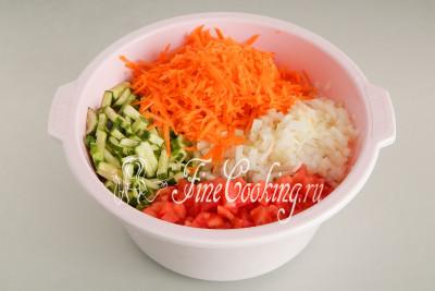 Складываем подготовленные таким образом овощи в большую кастрюлю или тазик