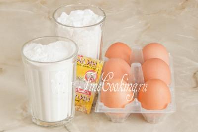 Шаг 1. Для приготовления ароматного и пушистого рисового бисквита возьмем рисовую муку, куриные яйца, сахарный песок