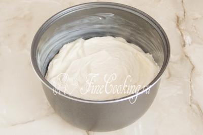 Шаг 8. Так как мы будем готовить рисовый бисквит в мультиварке, смазываем чашу любым рафинированным растительным или сливочным маслом (в этот раз я использовала именно сливочное)