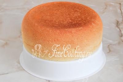 Шаг 10. С помощью вставки для приготовления еды на пару вынимаем готовый рисовый бисквит и даем ему полностью остыть