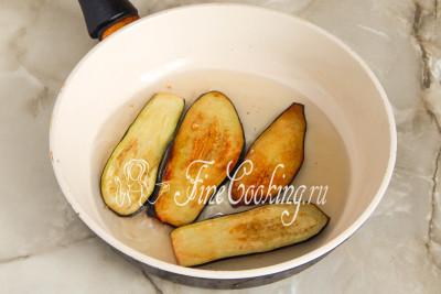Наливаем в сковороду растительное масло и хорошо его разогреваем