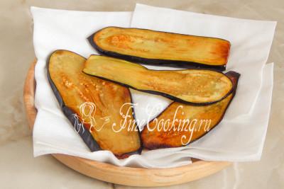 Жареные полоски баклажана выкладываем на салфетки, чтобы убрать лишний жир