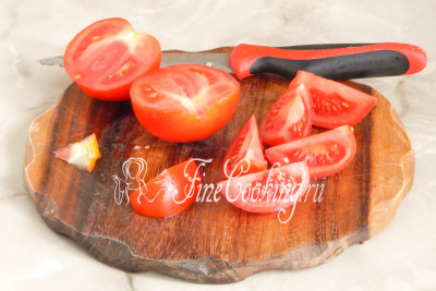 Также подготовим начинку - помидоры моем, обсушиваем и нарезаем на 4-8 частей (зависит от величины томатов)