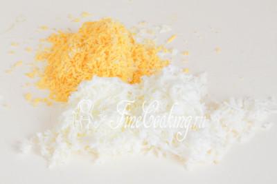 Когда яйца сварятся, очищаем их и отделяем белки от желтков