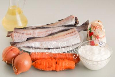 Для приготовления этого простого и вкусного второго блюда нам понадобятся следующие ингредиенты: морская рыба с белым мясом, морковь, репчатый лук, сметана, растительное масло без запаха, соль и молотый черный перец
