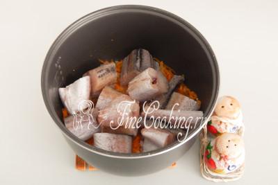 Солим и перчим рыбу с морковью и луком