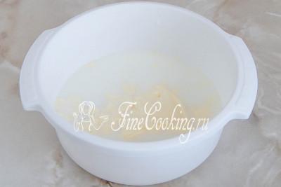 В другой посуде соединяем все остальные ингредиенты для дрожжевого теста: теплое молоко и воду, майонез, соль и сахар